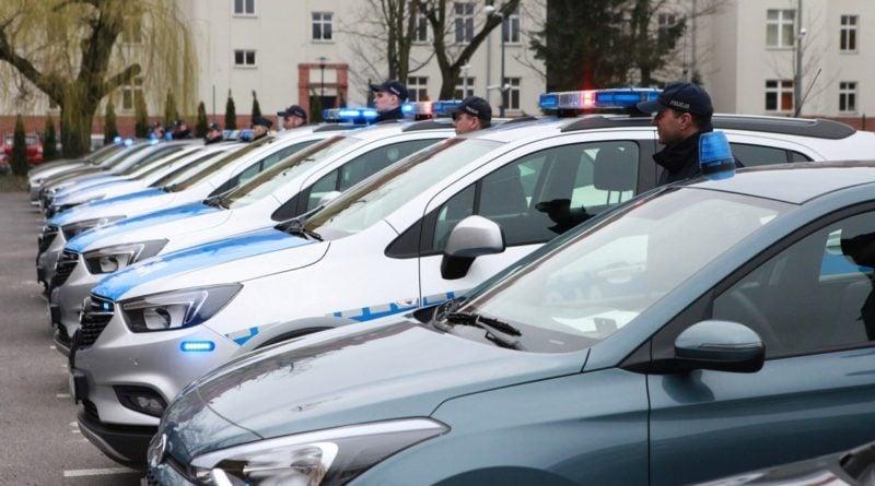 nowe radiowozy fot. kmp 17 800x445 - Poznań: Policjanci otrzymali nowe radiowozy