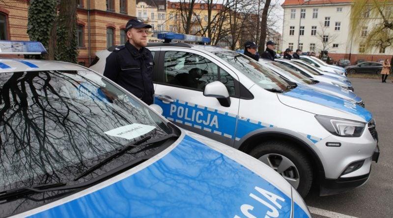nowe radiowozy fot. kmp 19 800x445 - Poznań: Policjanci otrzymali nowe radiowozy