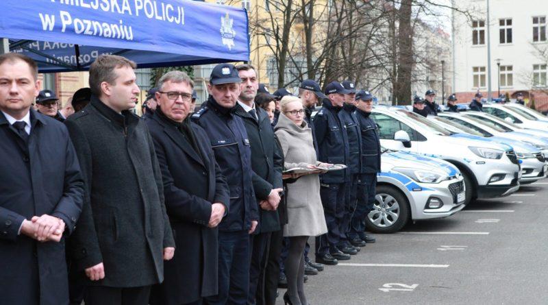 nowe radiowozy fot. kmp 22 800x445 - Poznań: Policjanci otrzymali nowe radiowozy