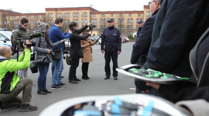 nowe radiowozy fot. kmp 4 800x445 - Poznań: Policjanci otrzymali nowe radiowozy