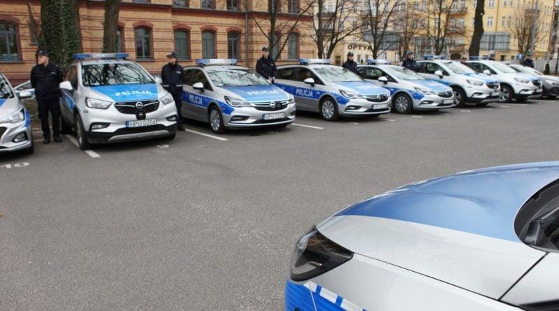 nowe radiowozy fot. kmp 5 800x445 - Poznań: Policjanci otrzymali nowe radiowozy