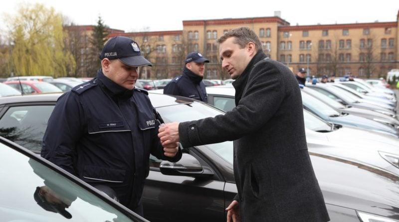 nowe radiowozy fot. kmp 7 800x445 - Poznań: Policjanci otrzymali nowe radiowozy