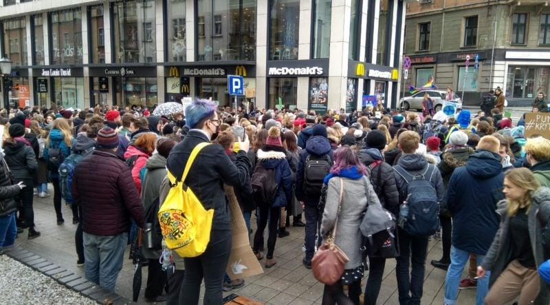 """protest zmiany klimatu 5 800x445 - Poznań: Wagarowali w obronie klimatu. """"To jest, albo będzie największy problem ludzkości"""""""