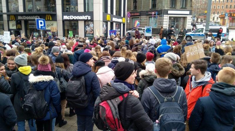"""protest zmiany klimatu 6 800x445 - Poznań: Wagarowali w obronie klimatu. """"To jest, albo będzie największy problem ludzkości"""""""