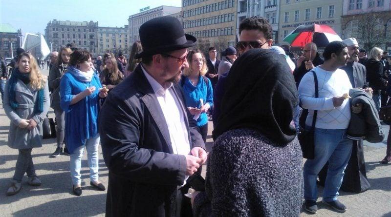 s  a964 3a 800x445 - Poznań: Hello Brother, Hello Sister. Demonstracja solidarnościowa na placu Wolności