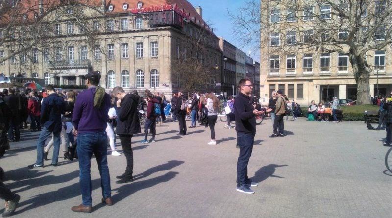 s  c964 1a 800x445 - Poznań: Hello Brother, Hello Sister. Demonstracja solidarnościowa na placu Wolności