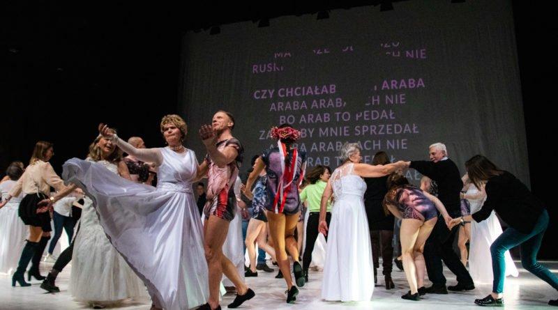 wesele poprawiny polski teatr tanca 126 800x445 - Wesele. Poprawiny reż. Marcin Liber - Polski Teatr Tańca obchodzi 45 lat