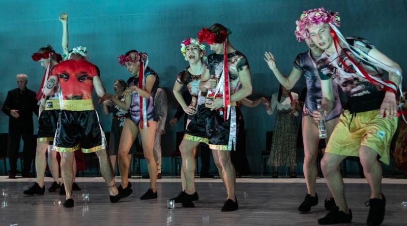 wesele poprawiny polski teatr tanca 59 800x445 - Wesele. Poprawiny reż. Marcin Liber - Polski Teatr Tańca obchodzi 45 lat
