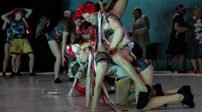 wesele poprawiny polski teatr tanca 71 800x445 - Wesele. Poprawiny reż. Marcin Liber - Polski Teatr Tańca obchodzi 45 lat