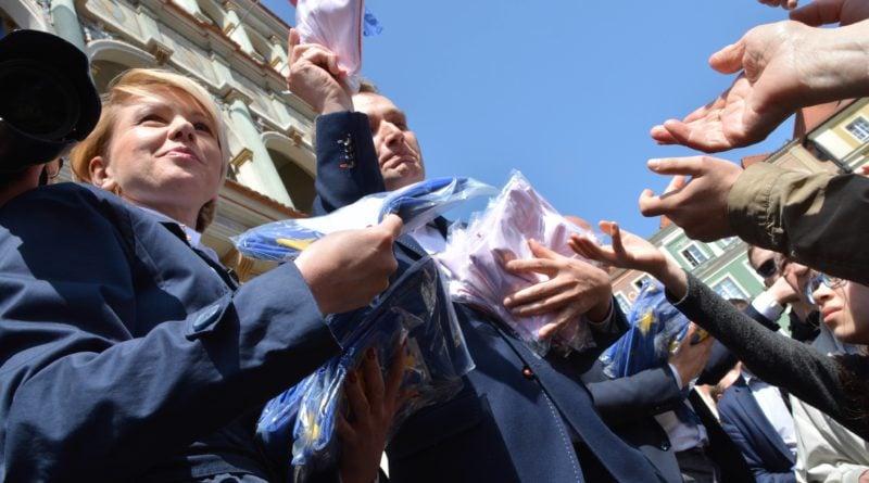 rozdawanie flag 11 800x445 - Poznań: Darmowe flagi na Starym Rynku