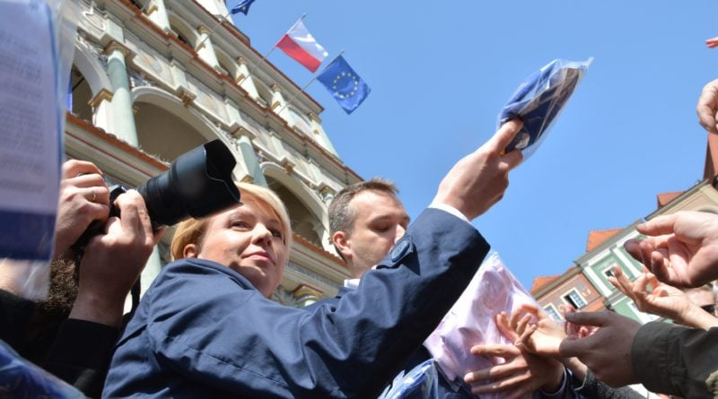 rozdawanie flag 12 800x445 - Poznań: Darmowe flagi na Starym Rynku