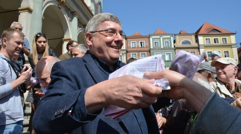 rozdawanie flag 15 800x445 - Poznań: Darmowe flagi na Starym Rynku