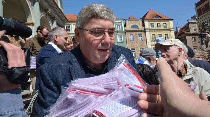 rozdawanie flag 18 800x445 - Poznań: Darmowe flagi na Starym Rynku