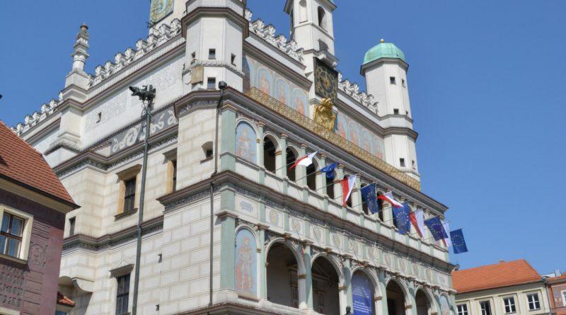 rozdawanie flag 19 800x445 - Poznań: Darmowe flagi na Starym Rynku