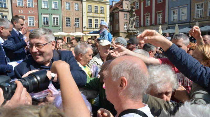 rozdawanie flag 21 800x445 - Poznań: Darmowe flagi na Starym Rynku