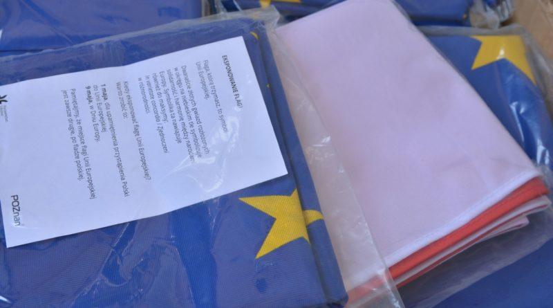 rozdawanie flag 22 800x445 - Poznań: Darmowe flagi na Starym Rynku
