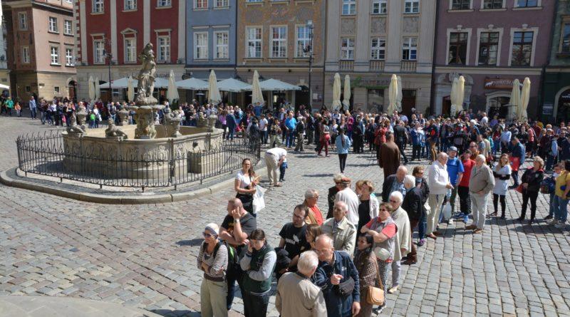 rozdawanie flag 23 800x445 - Poznań: Darmowe flagi na Starym Rynku