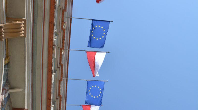 rozdawanie flag 3 800x445 - Poznań: Darmowe flagi na Starym Rynku