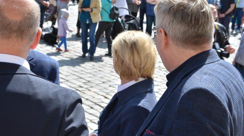 rozdawanie flag 4 800x445 - Poznań: Darmowe flagi na Starym Rynku