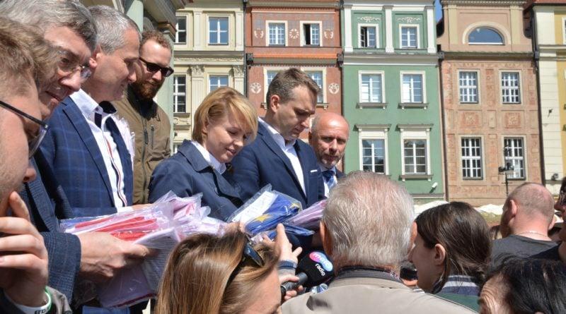 rozdawanie flag 7 800x445 - Poznań: Darmowe flagi na Starym Rynku