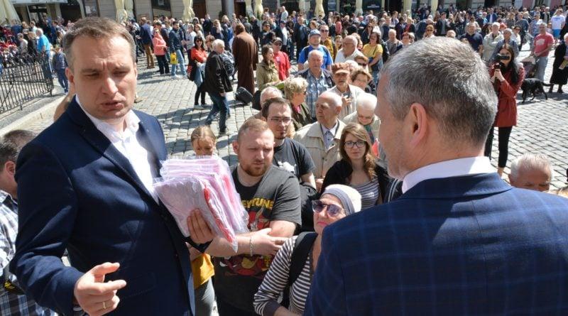 rozdawanie flag 9 800x445 - Poznań: Darmowe flagi na Starym Rynku