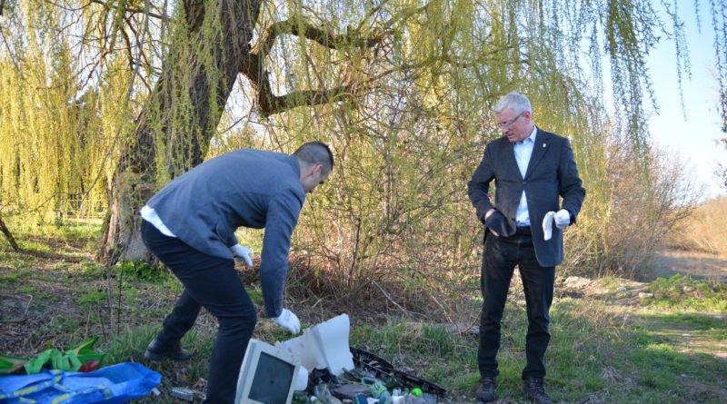 sprzatanie terenow nad warta fot. karolina adamska 10 800x445 - Poznań: Jacek Jaśkowiak sprzątał tereny nad Wartą