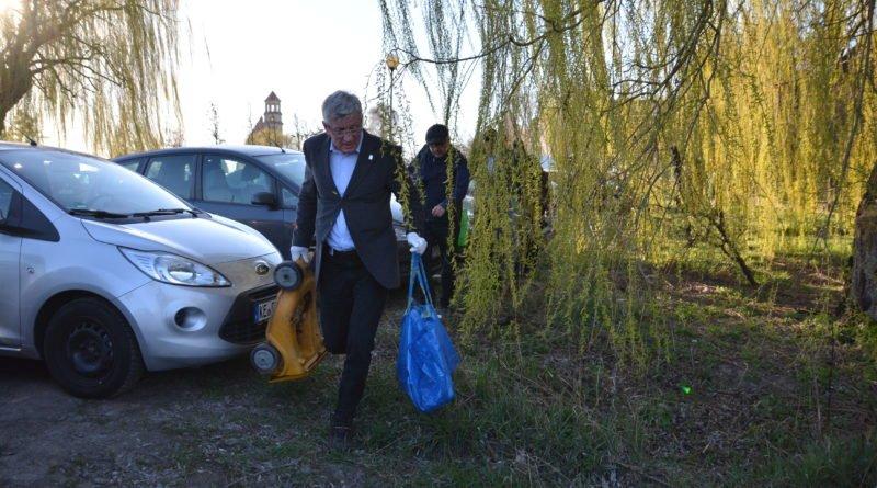 sprzatanie terenow nad warta fot. karolina adamska 11 800x445 - Poznań: Jacek Jaśkowiak sprzątał tereny nad Wartą