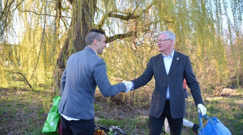 sprzatanie terenow nad warta fot. karolina adamska 13 800x445 - Poznań: Jacek Jaśkowiak sprzątał tereny nad Wartą