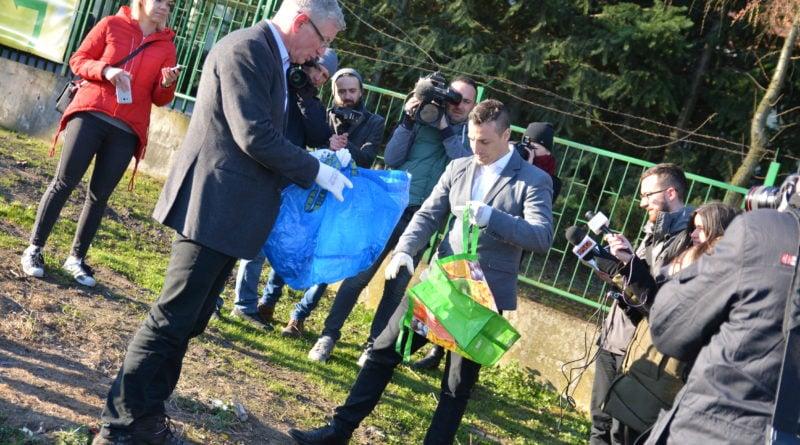 Poznań: Jacek Jaśkowiak sprzątał tereny nad Wartą