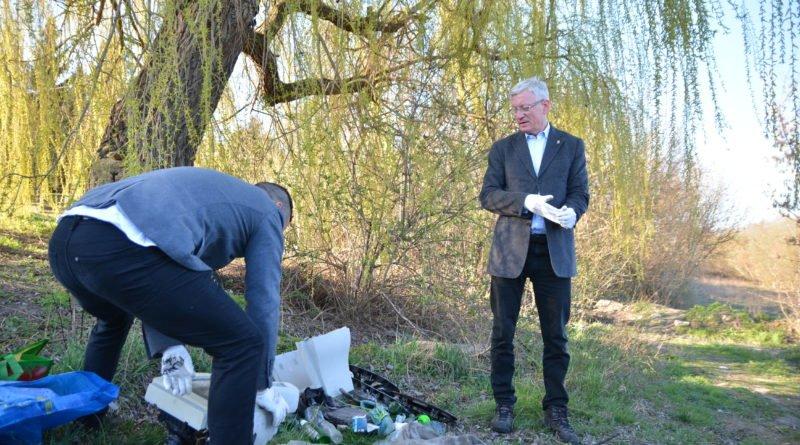 sprzatanie terenow nad warta fot. karolina adamska 9 800x445 - Poznań: Jacek Jaśkowiak sprzątał tereny nad Wartą