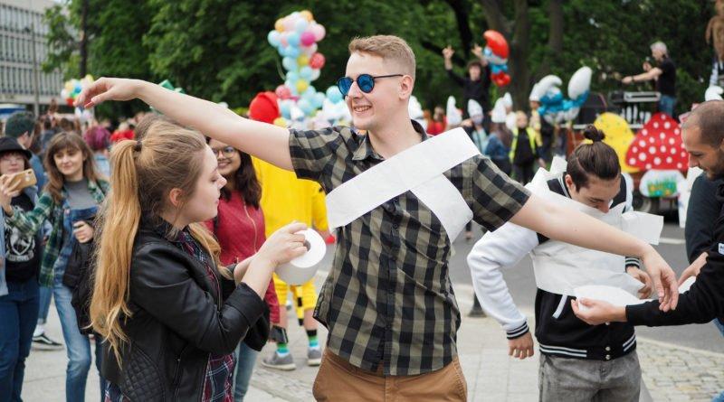 juwenalia 2019 poznan pochod fot. wojtek lesiewicz 10 800x445 - Juwenalia Poznań 2019. Barwny pochód przeszedł ulicami miasta!