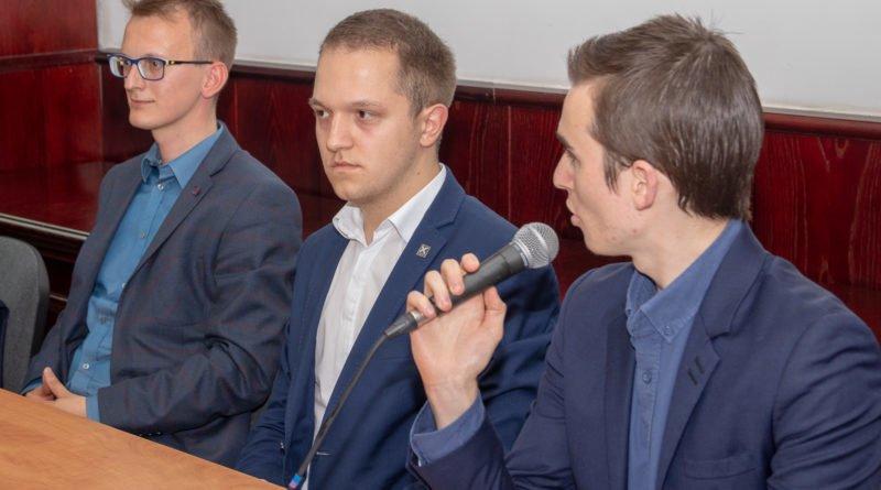 prawica slawek wachala 13 800x445 - Debata o Unii Europejskiej: Trzeba pomyśleć o polexicie