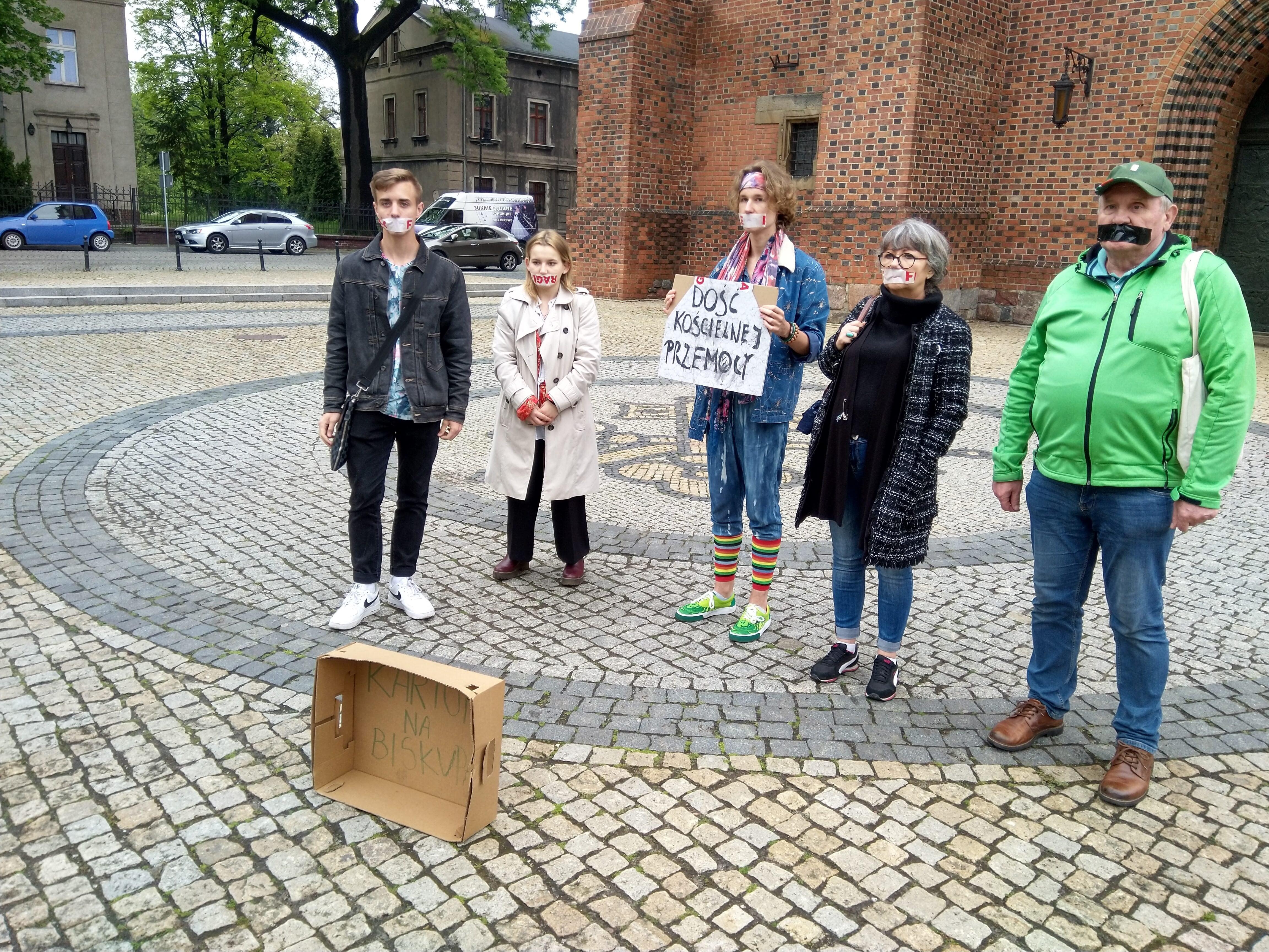 274d6e440d Poznań  Zakleili sobie usta w ramach protestu pod Katedrą
