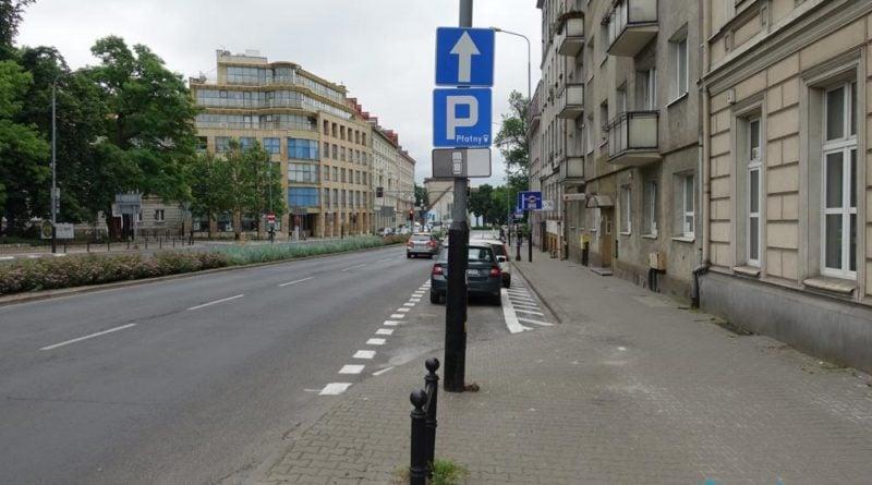 zmienil sie sposob parkowania na ul solnej pomiedzy al marcinkowskiego a placem wielkopolskimpic11016133995232787with ratio16 9 1 800x445 - Zmiany w parkowaniu na Solnej: będzie bezpieczniej!