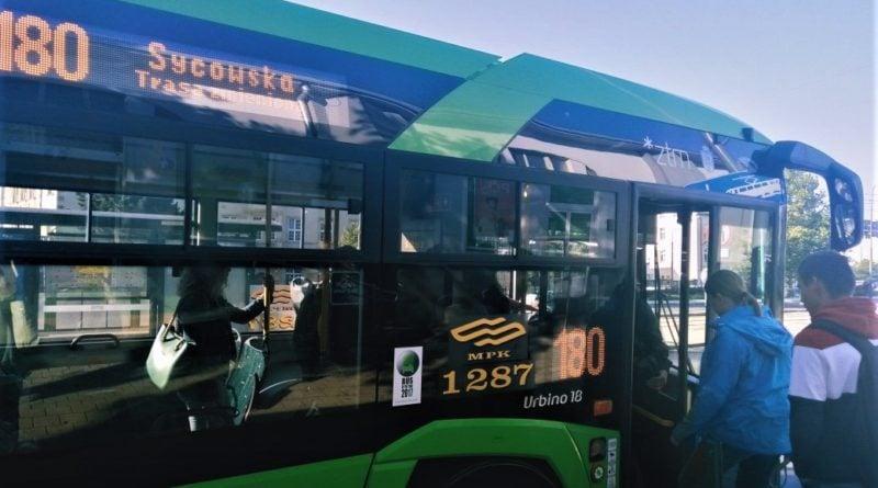 autobus 180 800x445 - Poznań: na Głogowskiej autobusy są, ale rozkłady jazdy już nie wszędzie
