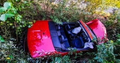 """kabriolet fot. str. mariusz kupczyk kp psp pleszew 3 390x205 - Kabriolet dachował. """"Sytuacja na miejscu wypadku była niezwykle dramatyczna"""""""