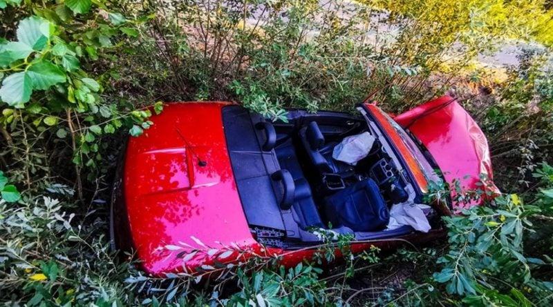 """kabriolet fot. str. mariusz kupczyk kp psp pleszew 3 800x445 - Kabriolet dachował. """"Sytuacja na miejscu wypadku była niezwykle dramatyczna"""""""