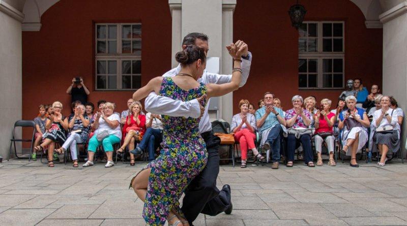milonga kulturalny stary rynek na golebiej s. wachala 37 800x445 - Milonga pod gwiazdami - w ramach Kulturalnego Starego Rynku