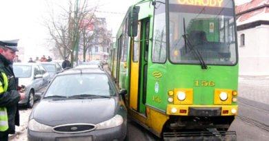 blokowanie komunikacji fot. mpk 390x205 - Poznań: Kierowcy nadal parkują na torowiskach