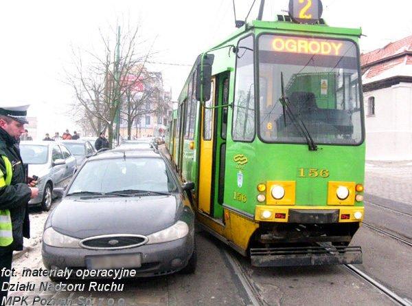 blokowanie komunikacji fot. mpk 600x445 - Poznań: Kierowcy nadal parkują na torowiskach