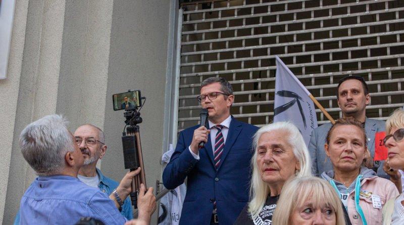 protest kod ziobro do dymisji fot. slawek wachala 31 800x445 - Poznań: Demonstracja KOD. Chcieli dymisji Ziobry!