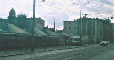 rynek jezycki 1 390x205 - Poznań: Fatalne słupki na rynku Jeżyckim
