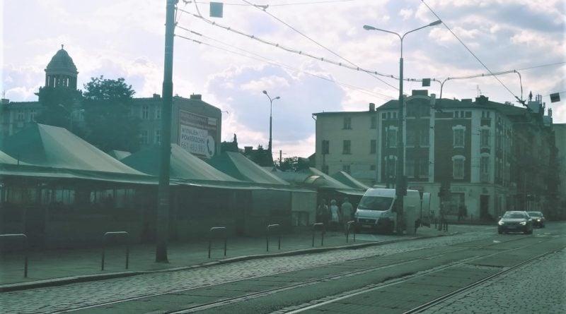 rynek jezycki 1 800x445 - Poznań: Fatalne słupki na rynku Jeżyckim