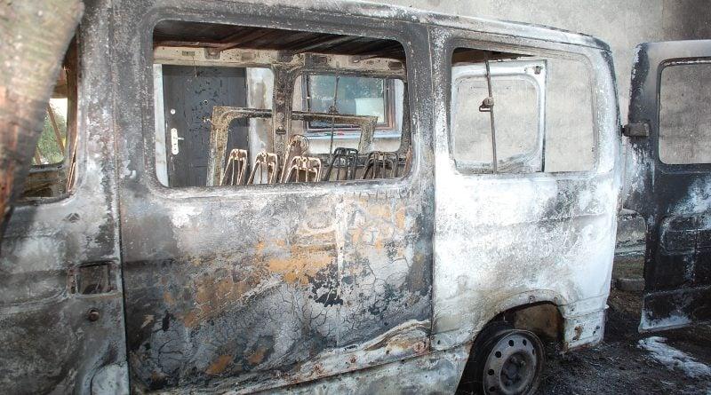 """spalony samochod fot. policja 3 800x445 - 23-letni Ukrainiec podpalał samochody w Wielkopolsce. """"Przyznał się i złożył wyjaśnienia"""""""