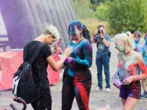 swieto kolorow fot. wojtek lesiewicz 12 300x225 - Festiwal kolorów w Poznaniu! Zobacz jak bawili się uczestnicy!