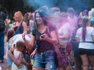 swieto kolorow fot. wojtek lesiewicz 14 300x225 - Festiwal kolorów w Poznaniu! Zobacz jak bawili się uczestnicy!