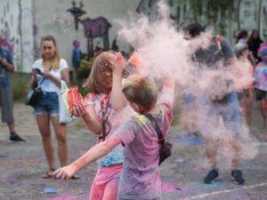 swieto kolorow fot. wojtek lesiewicz 20 300x225 - Festiwal kolorów w Poznaniu! Zobacz jak bawili się uczestnicy!