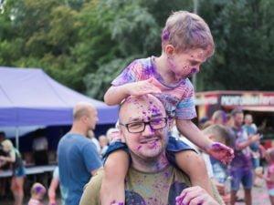 swieto kolorow fot. wojtek lesiewicz 24 300x225 - Festiwal kolorów w Poznaniu! Zobacz jak bawili się uczestnicy!