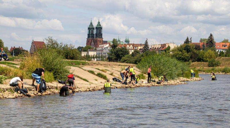 """warta dno bez butelek 2 s. wachala 50 800x445 - Poznań: """"DNO, NIE - dla butelek"""". Wielkie sprzątanie Warty!"""