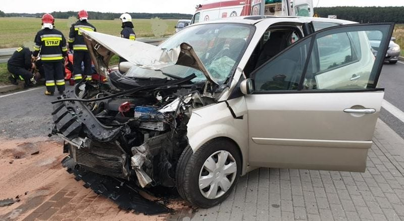 wypadek lopuchowo 3 fot. kmsp 800x438 - Łopuchowo: Czołowe zderzenie na trasie z Murowanej Gośliny